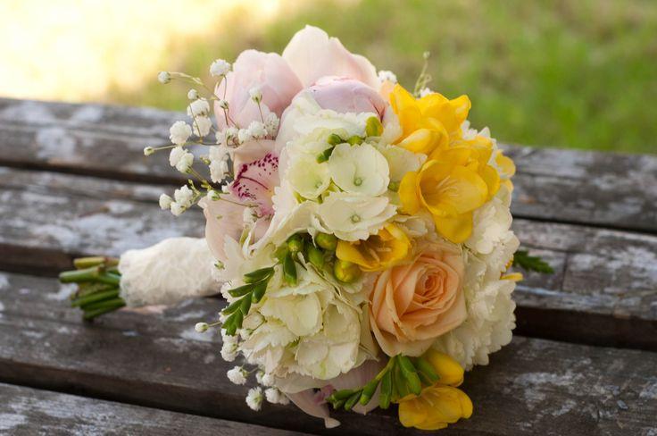 soft yellow bouquet - buchet mireasa frezii galbene (www.maya-flowers.blogspot.ro)