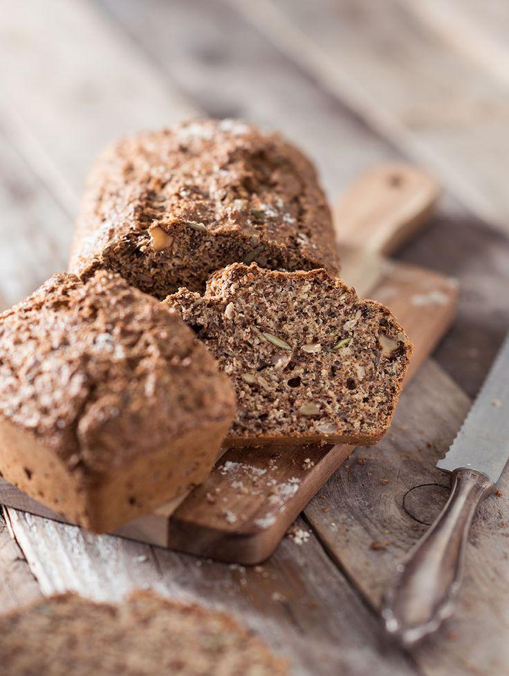 Koolhydraatarm brood bakken is makkelijker dan je denkt. Het recept is simpel en tijdens het bereiden staat het koolhydraatarme brood voor het grootste gedeelte in de oven. Het brood smaakt goed en is heerlijkmet bijvoorbeeld een lekkere zelf gemaaktetonijnsaladeof een simpel plakje kaas. Veel van onze bezoekers weten inmiddels dat een groot deel van onze...Lees verder