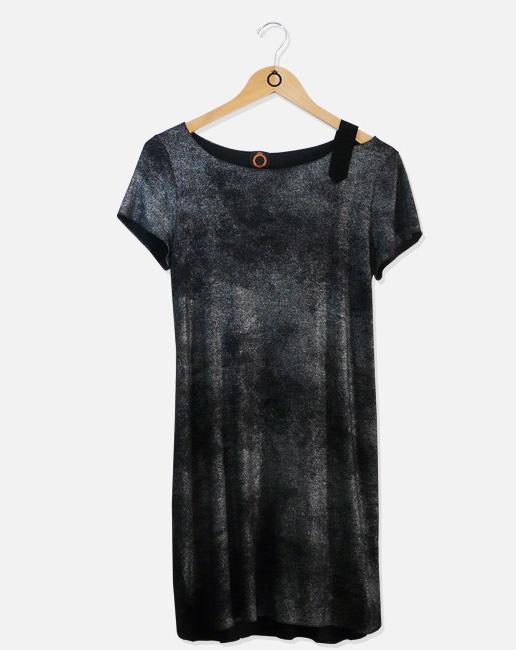 Vestido de malha com aplique de faixa em camurça preta. R$213.80