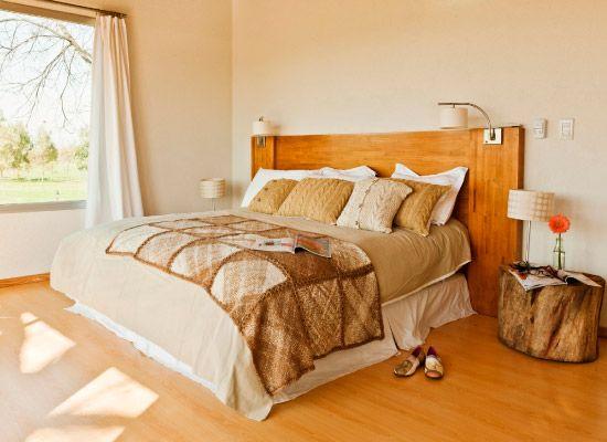 Pie de cama ($1.190, Elementos Argentinos) y almohadones ($240, Shynka). Lámpara ($160, Artelamp)