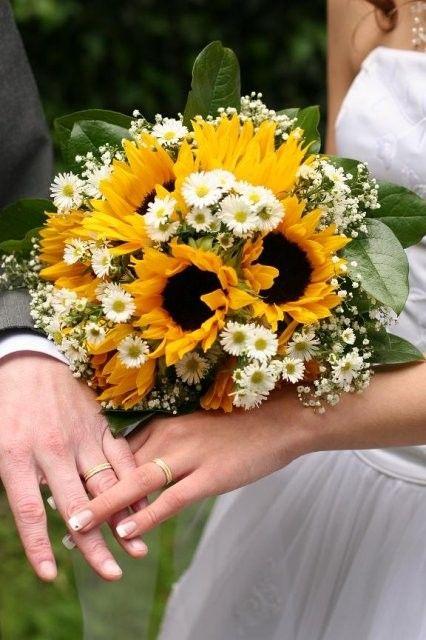 Bruidsboeket zonnebloemen met madeliefjes. Zoiets zou ik wel mooi vinden als boeket. En dan misschien nog wat wilder/meer veldbloemen