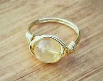 Hecho de alambre de cobre antiguo de calibre 20 no deslustre, estos anillos son ajustable y maleable por lo que puede dar forma a tu gusto para un tamaño perfecto. A menos que se especifique lo contrario, hará que cada anillo de un tamaño medio de 3,5-4 pero puede ajustar a acerca de un tamaño más pequeño o más grande mientras que mantiene la integridad del diseño. Me parece que mi dedo de tamaño 7 encaja anillos midi de tamaño 3.5.  Estos anillos son delicados pero siempre y cuando se usan…