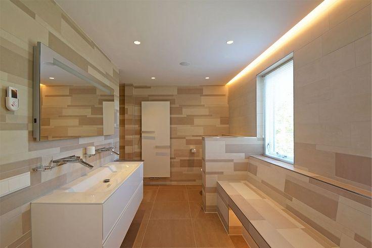 Maxim Winkelaar  - Renovatie villa aan het water - betegelde bank in de badkamer