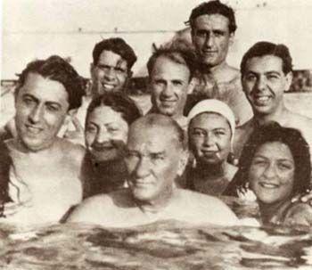 Mustafa Kemal ATATÜRK, Florya plajında gençlerle.