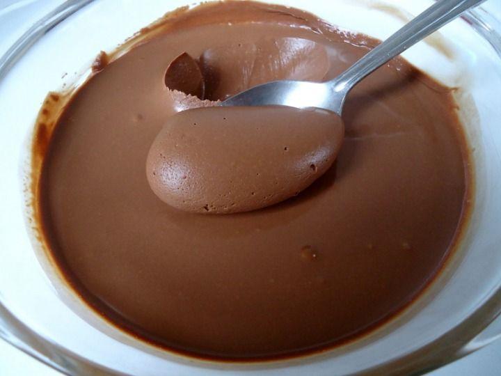 Ingrédients 1/2 l de lait 100 g de chocolat dessert ou bien 30 g de cacao en poudre non sucré (1/4 cup) 30 g de maïzena (1/4 cup) 60 g de sucre (1/4 cup) 1