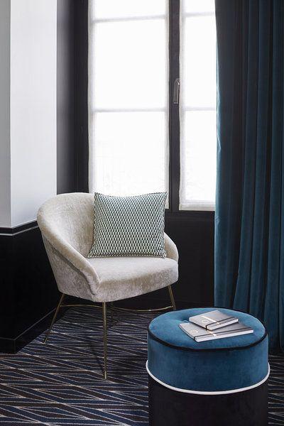 Harmonie en bleu avec le « bleu Sarah » et une nuance plus foncée dite « Minuit ». Les aspects textiles velours dominent dans le choix des rideaux, du revêtement du fauteuil et du pouf (création Sarah Lavoine) pour offrir une impression de confort très douillet.
