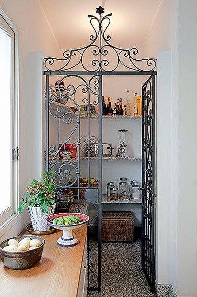 Espaçosa e com prateleiras de granito, a despensa da empresária Silvia Percussi estava impecável. Faltava, porém, uma graça decorativa. Fã de materiais de demolição, ela garimpou este antigo portão de ferro e utilizou-o para delimitar os espaços