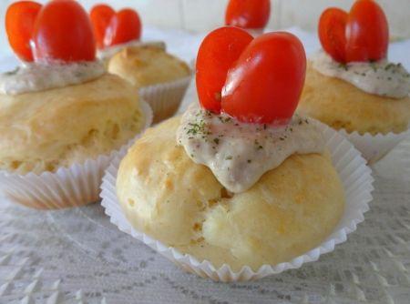 Cupcake Salgado com Patê de Atum - 1 xícara (chá) de leite, 2 ovos, 50g de queijo parmesão ralado, 1 1/2 xícara (chá) de farinha de trigo, 1/2 colher (sopa) de fermento em pó