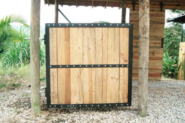 Puerta pesebrera reforzada en: -Ángulos y platina. -Tablones de pino y bisagras de tornillo. #arte #hogar #finca #herramientas #ideas #construccion #rustico #diseño #puerya #pesebrera #madera #decoracion #inmobiliario #muebles #hierro #artesania #art #wood #iron #vintage #retro #design #decor #idea #furniture #home #realestate #lifestyle #exclusive #colombia