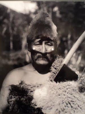 Halimink, asistente del director de la ceremonia del Hain. Foto de Martin Gusinde, 1923. Pueblo aborigen de la Isla Grande de Tierra del Fuego