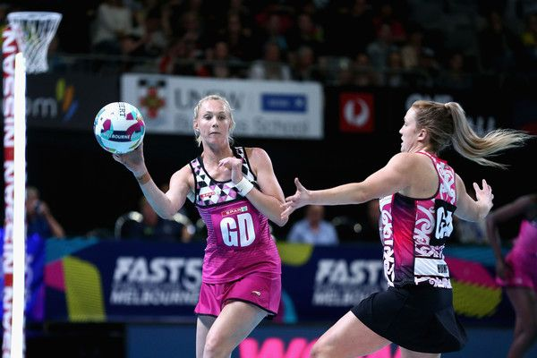 Zanne-Marie Pienaar Photos - Zanne-Marie Pienaar of South Africa makes a pass during the Fast5 World Series Netball match between New Zealand and South Africa at Hisense Arena on October 28, 2017 in Melbourne, Australia. - Fast5 World Series Netball