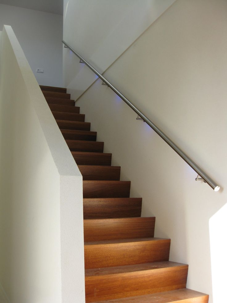RVS steektrap leuning met led verlichting in combinatie met een houten trap. | Stainless steel design, LED illuminated handrail and wood stairs by Lumigrip.