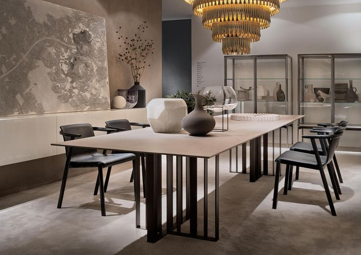 A perfect matching between the bronze metal of the base unit and the thin top in contrast for the table Shade by Francesco Rota. The consistent measures..
