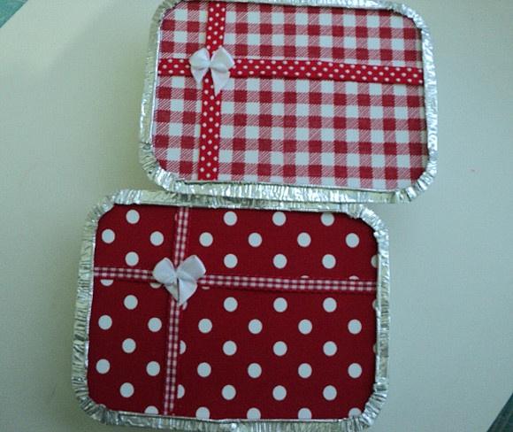 Marmitinha forrada com tecido de algodão em vermelho e branco, em estampas xadrez e poás que lembram um divetido Piquenique.  Decora sua festa com muita graça. Também fazemos saquinhos para brindes e guloseimas.  Você pode rechear com doces e guloseimas para os convidados levarem no final da festa. Também podem ser recheadas com pequenos brindes.  Disponíveis em dois tamanhos: Mini = tp: 12x9cm - cx: 10x7x2,5cm (acomoda até 6 docinhos tipo brigadeiro) - R$ 3,00 G = tampa: 16,5x12,5cm…