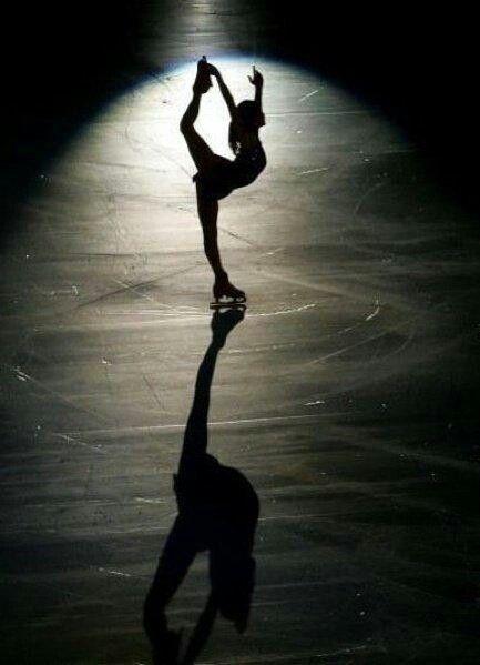 Ellas patinan sobre hielo en el estadio los viernes.