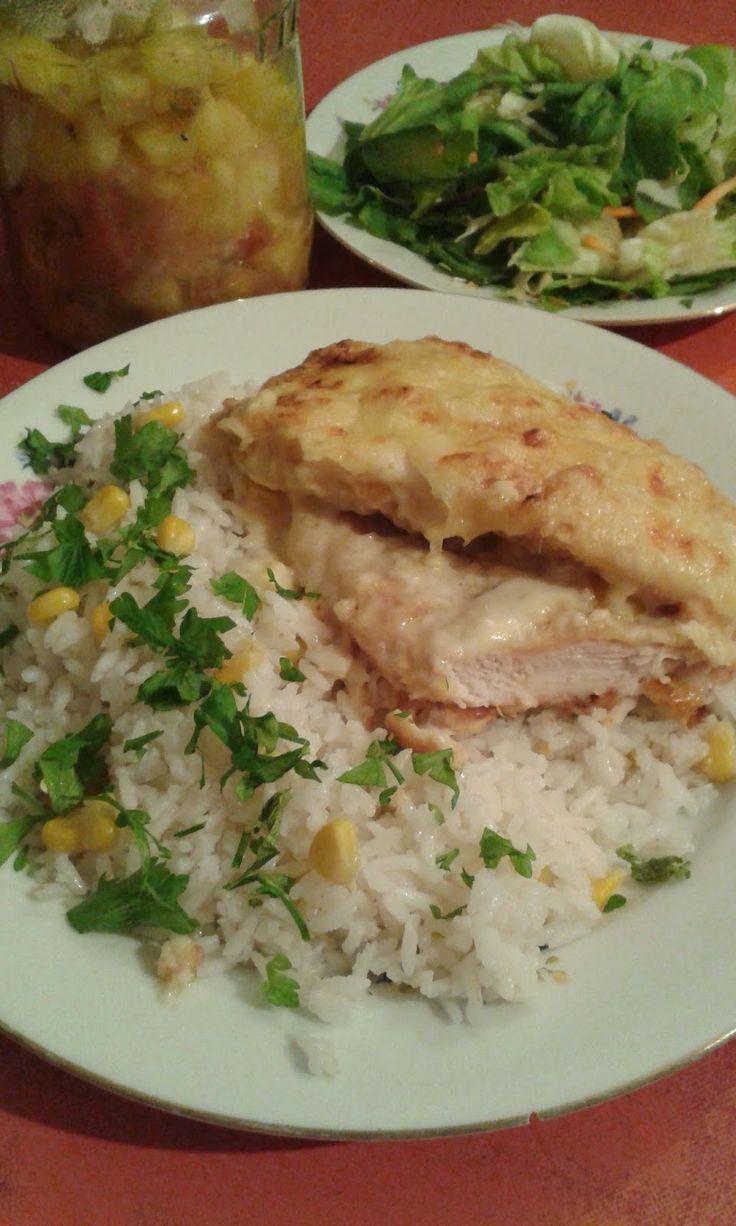 Fokhagymás, rakott csirkemell, kukoricás rizzsel, ananász salsa-s zöldsalátával