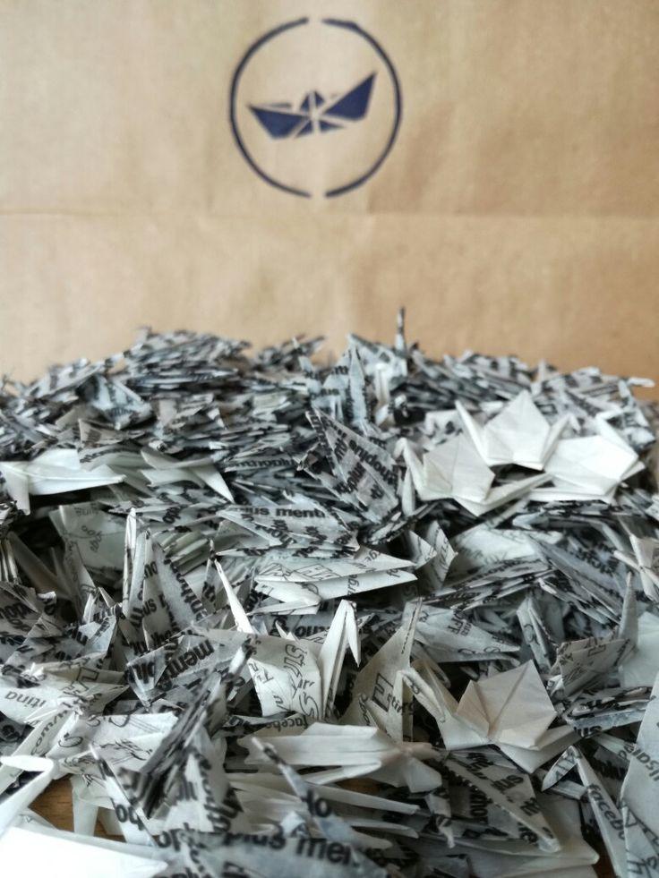 Proyecto 1000 mini grullitas por la paz y la dulzura del mundo. Reciclando papeles de caramelos.