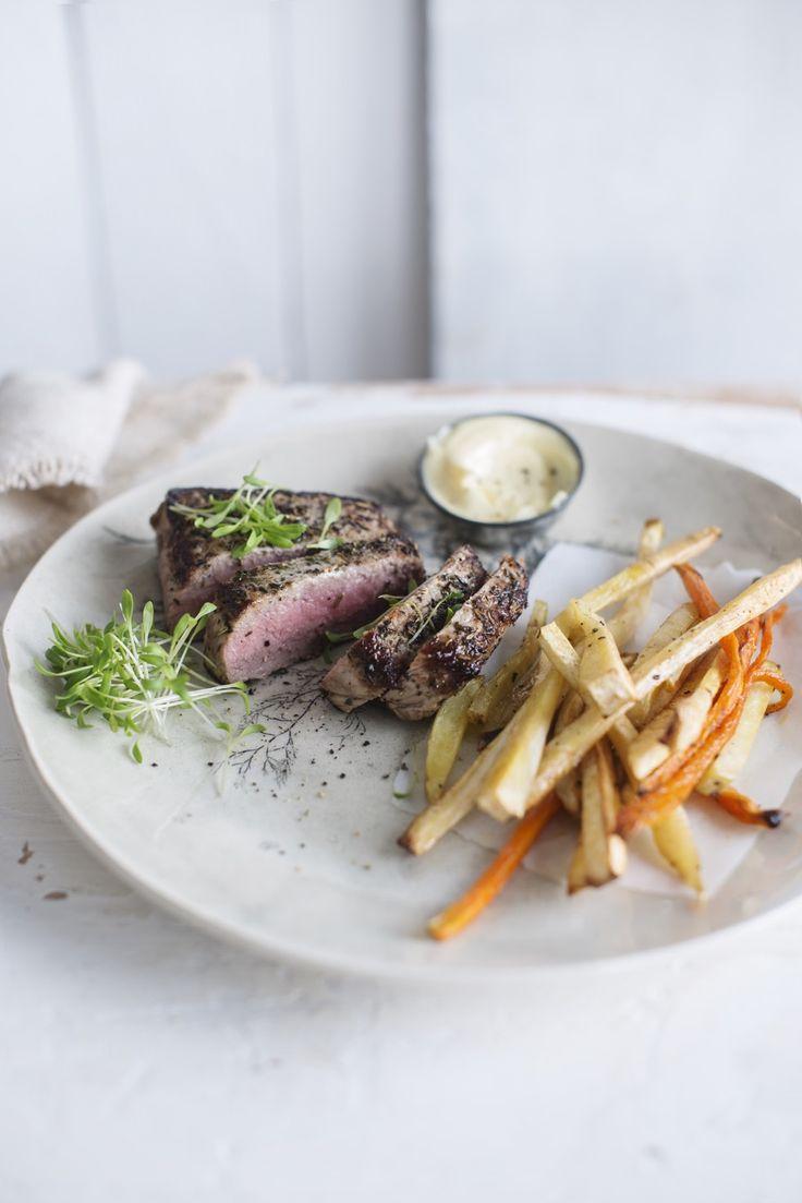 Steak met verse mayonaise en frietjes van pastinaak, wortel en krielaardappel