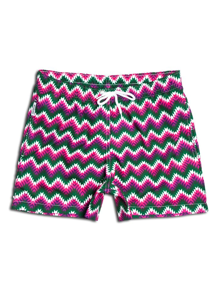 SOLOiO Bañador estampado con diseño étnico en color verde, rosa y blanco. Dos bolsillos laterales y cinturilla elástica. www.soloio.com  #shoponline #SOLOiO #SOLOiOmare #menswimsuit #swimshort #bañador #print #tropical #menstyle #menfashion #summerlook #dapper #dapperman #costumedabagno #swimsuit #flamingo #etnic #etnico