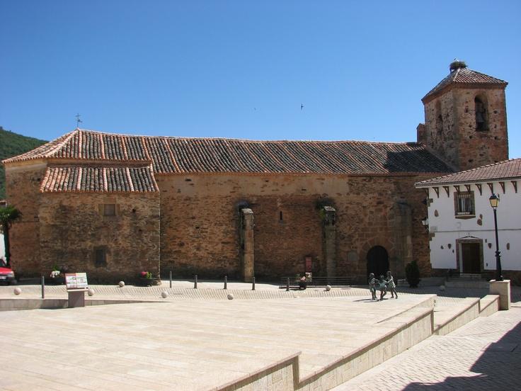 La Iglesia de Romangordo, dituada en la Plaza del Ayuntamiento, posee un artesonado mudéjar muy interesante.
