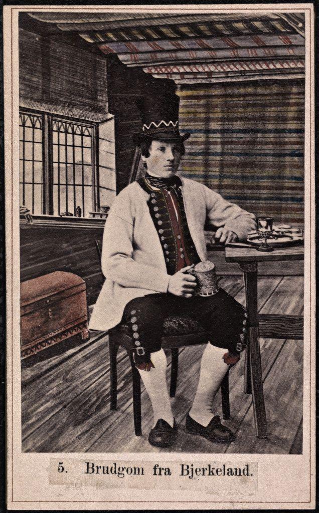 Beskrivelse / Description: Drakt fra Birkeland (Fana, Bergen, Hordaland). Visittkort / Carte de visite. Dato / Date: ca. 1860-1870 Fotograf / Photographer: Marcus Selmer (1819-1900) Digital kopi av original  / Digital copy of original: s/h papirpositiv, kolorert Eier / Owner Institution: Nasjonalbiblioteket / National Library of Norway Lenke / Link: www.nb.no Bildesignatur / Image Number: bldsa_FA0446