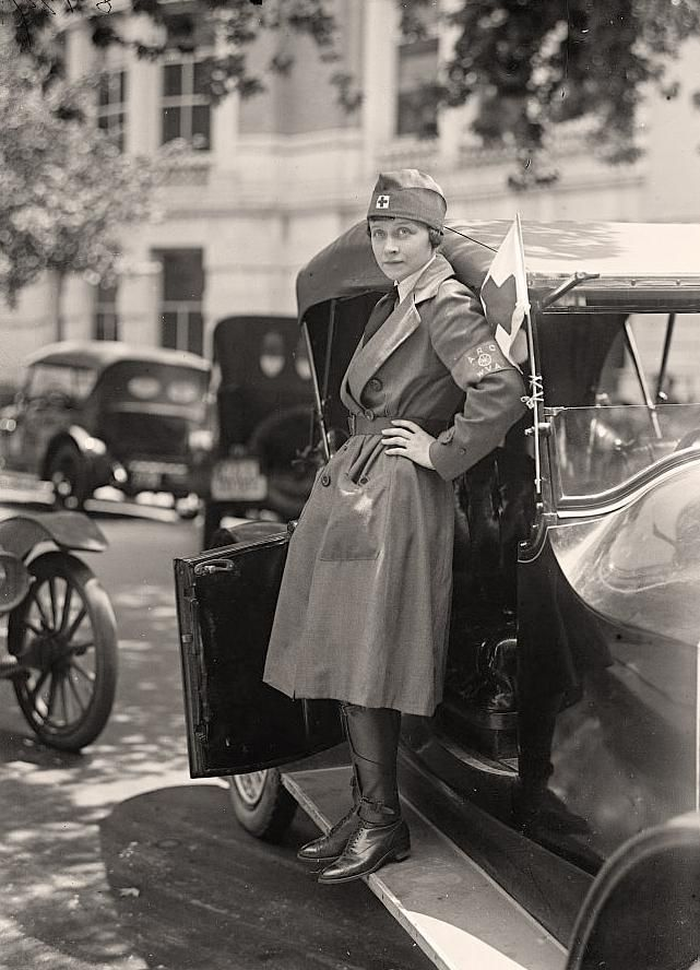 This picture shows a World War I Red Cross Nurse.