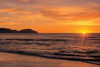 美しいワイヌイ・ビーチは、サーフィンを楽しんだり、日の出を眺めるには絶好の場所です。