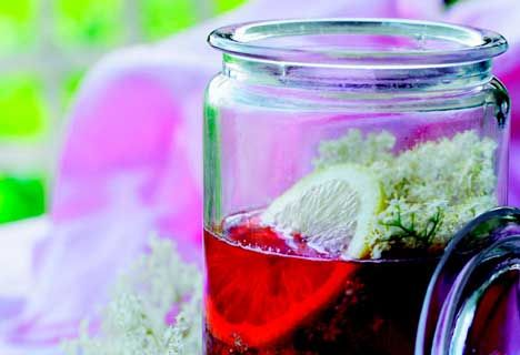 Jordbær-hyldeblomstsirup