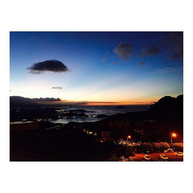 【hal1011】さんのInstagramをピンしています。 《九份からの景色🌇 こういうの大好きだなー!ずっと見てられる🙄 #台湾 #台北 #九份 #旅行 #弾丸旅行 #女子旅 #夕日 #夜景 #千と千尋の神隠し #あけたんと2人旅 #海 #夏 #雲が不思議だった #Taiwan #taipei #dayoff #travel #girls #lady #pool #summer #sunset #nightview #view #happy #smile #love》