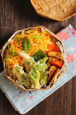 塩鮭のちらし寿司ささみの紫蘇天ぷらたらの芽の天ぷら蓮根の甘辛炒め油揚げと人参の煮物今日は、「塩鮭の散らし寿司」が主役のお弁当。以前晩ご飯で作って美味しかったのでお弁当にも登場させました(゚∀゚)写真では分かりにくいですが、「薬
