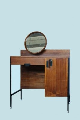 This brown dressing table was designed by Ico Parisi and Gino Sarfatti in 1958, and produced by MIM Roma in Italy. It is made from veneered walnut with mirror and iron finish, and is in very good vintage condition.