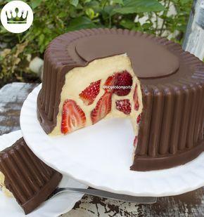 A Gabi Rossi, youtube de culinária, mostra como utilizar uma embalagem descartável de bolo para fazer a crosta de chocolate.