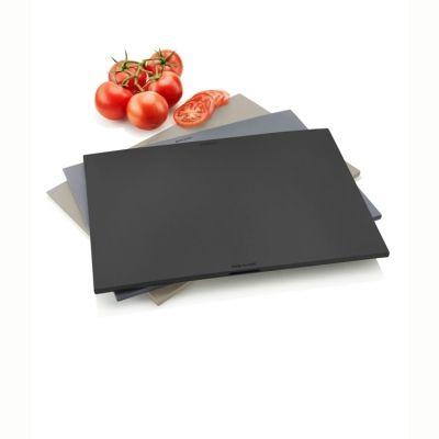 Skärbrädesetet från Eva Solo består av tre skärbrädor i varsin färg och en platsbesparande hållare. De olika färgerna gör det möjligt att använda skärbrädorna till varsitt särskilt ändamål, exempelvis bröd, grönsaker och kött. Det är lätt att få ett bra grepp om skärbrädorna tack vare de avsmalnande hörnen. Skärbrädorna kan torka åtskilda i hållaren av aluminium, så att bakterier inte överförs mellan dem. Skärbrädorna tål maskindisk. Hållaren ska diskas för hand.