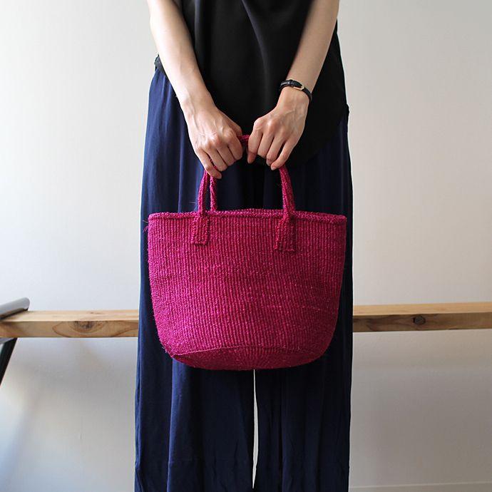 とても丈夫なことからロープなどに使用されるサイザル麻(リュウゼツラン科の植物)で作られたかごバッグ。バッグとしてだけでなく、部屋で見せる収納に使っていただくこともできます。