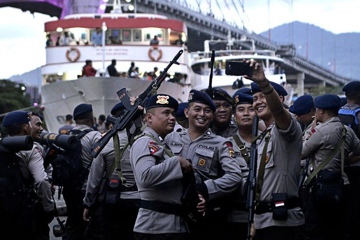 Police to keep recruitment process clean Police personnel take a selfie before they depart for Sangihe Islands via Calaca Port in Manado, North Sulawesi, on Feb.7 to secure the election in the regency on Feb.15. (Antara/Adwit B. Pramono)  Omake: disertai caption, foto ini tells a story