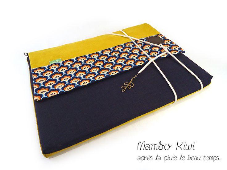 """Housse Macbook pro 13"""" lin bleu marine, velours moutarde, tissu rétro avec fermeture cordelette : Housses ordinateurs et tablettes par mambo-kiwi"""