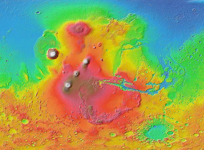 Άρης-Η Θαρσίς (κόκκινο και καφέ) κυριαρχεί στο δυτικό ημισφαίριο του Άρη, όπως φαίνεται σε αυτό τον ανάγλυφο χάρτη του Mars Orbiter Laser Altimeter (MOLA) με χρωματικό δείκτη υψομέτρου. Τα υψηλά ηφαίστεια εμφανίζονται λευκά, με το όρος Όλυμπος στα βορειοδυτικά. Το ωοειδές σχήμα στον βορρά είναι το Όρος Άλμπα. Το σύστημα φαραγγιών Κοιλάδα του Μάρινερ απλώνεται στα ανατολικά της Θαρσίδος.