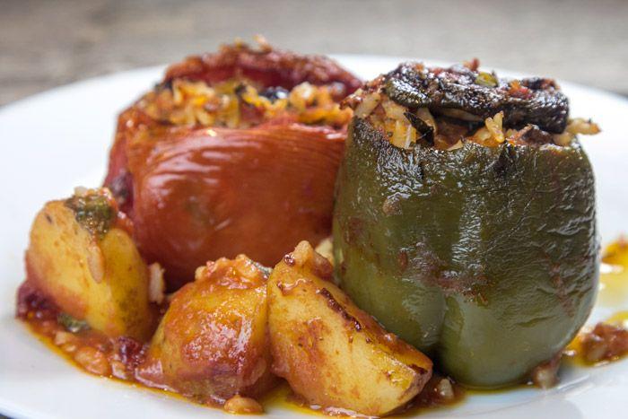 ντομάτες και πιπεριές γεμιστές σμυρνέικες από caruso λίγο διαφορετικά