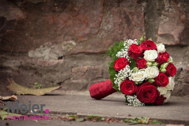 Brautstrauß rot weiß mit Rosen von Meier Eventfloristik, Deinem kreativen Partner für den blumigen Rahmen Deiner Hochzeit oder Veranstaltung.