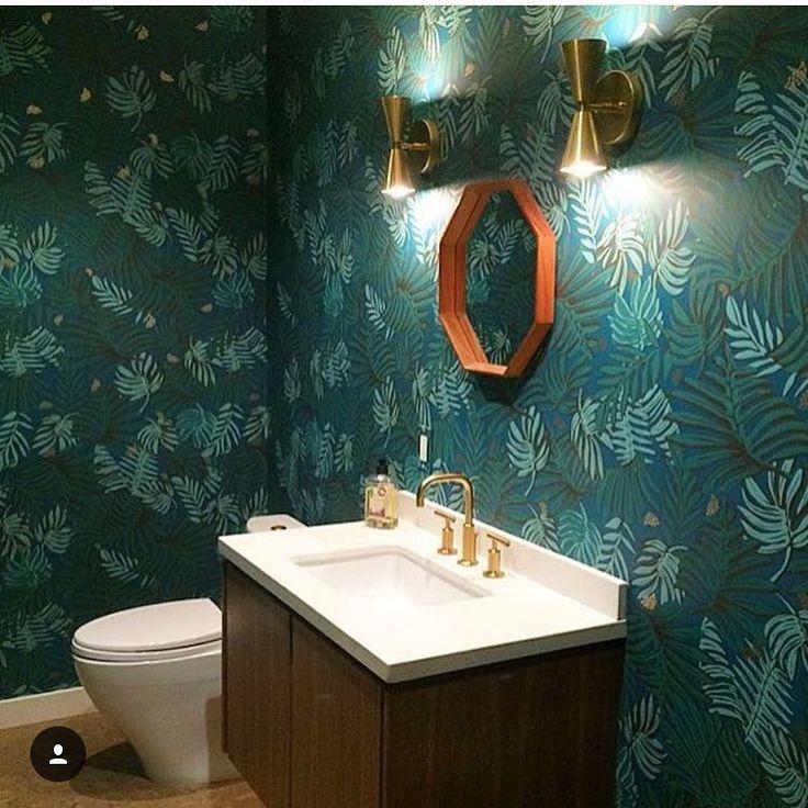 Tapet i badrum. Helt min grej! Trä, mässing o en djungel fr. @hyggeandwest ☝🏼️👏🏼👌🏼💎 #inspo#inspiration #interior #interiordesign #interior123 #interiør #inredning #inredningsdesign #inredningsinspiration   #hem #home #homedecor #heminredning #deco #decor #decoration #dekoration #details #detaljer #pinterest #room #rum #trend #interior4all #inredningsdetaljer #interiorforyou #inredningstips #interiorinspo #interiorforall #inreda