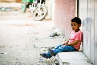 triste ragazzino che aspetta fuori Foto Gratuite