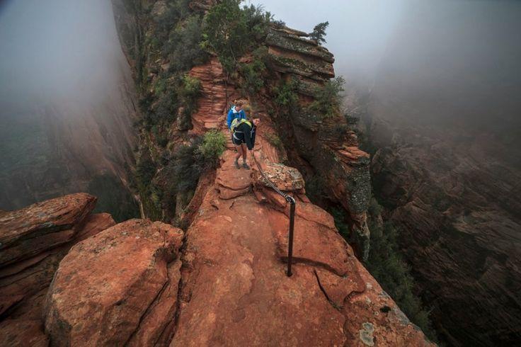 Angel Landing (Zion National Park, Utah)Angels Landing Un des sommets les plus connus du parc national de Zion (1 763 m). Le parc national de Zion propose un sentier de randonnée permettant d'atteindre le sommet de la montagne. Pour cela, il vous faudra parcourir un sentier d'environ huit kilomètres, et un dénivelé de 453 mètres. Arrivé au sommet, vous ne serez pas déçu, puisque vous pourrez contempler la vallée de Virgin River qui s'écoule au fond du canyon de Zion. Attention les yeux…