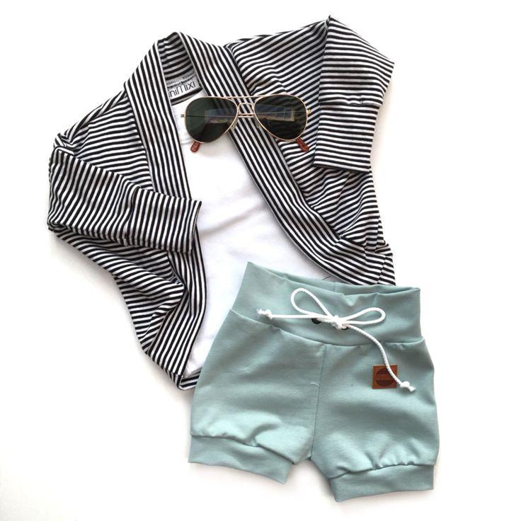 Super hip baggy vestje!De zwart witte streepjes maken een match met bijna elk broekje, rokje of shirtje.Wil je extra baggy? Bestel dan gerust een maatje groter.95% katoen en 5% elastan.