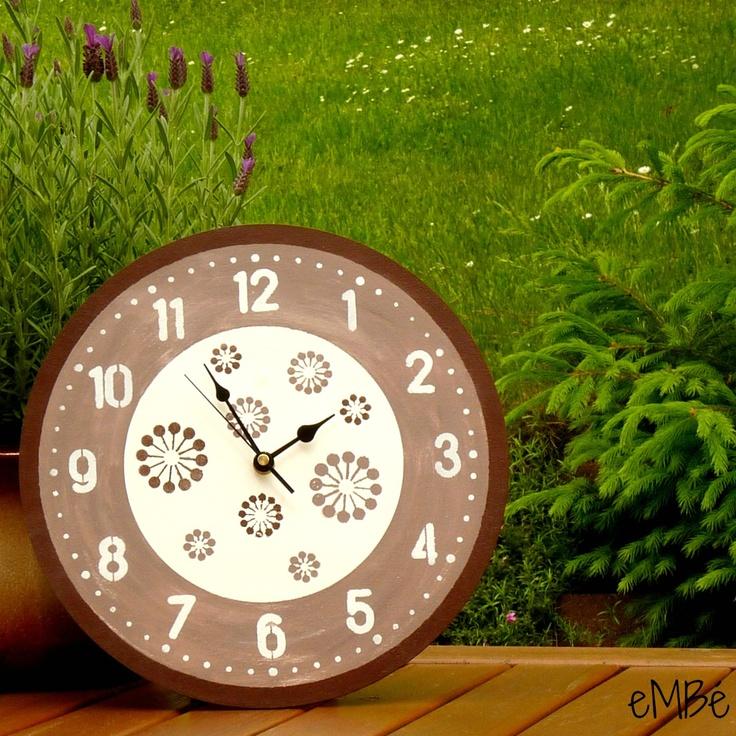 """Hodiny... Hnědobíle laděné... Představuji vám Hnědobíle laděné... hodiny. Velké, výrazné a nepřehlédnutelné nástěnné hodiny. """"Velké jako kolo od vozu,"""" chtělo by se říci. ;-) Hodiny jsou laděny v kombinaci bílé a hnědé barvy. Během výroby byly ručně malovány, broušeny, potištěny a patinovány.Celé hodiny jsou lakovány nezávadným interiérovým lakem, v ..."""