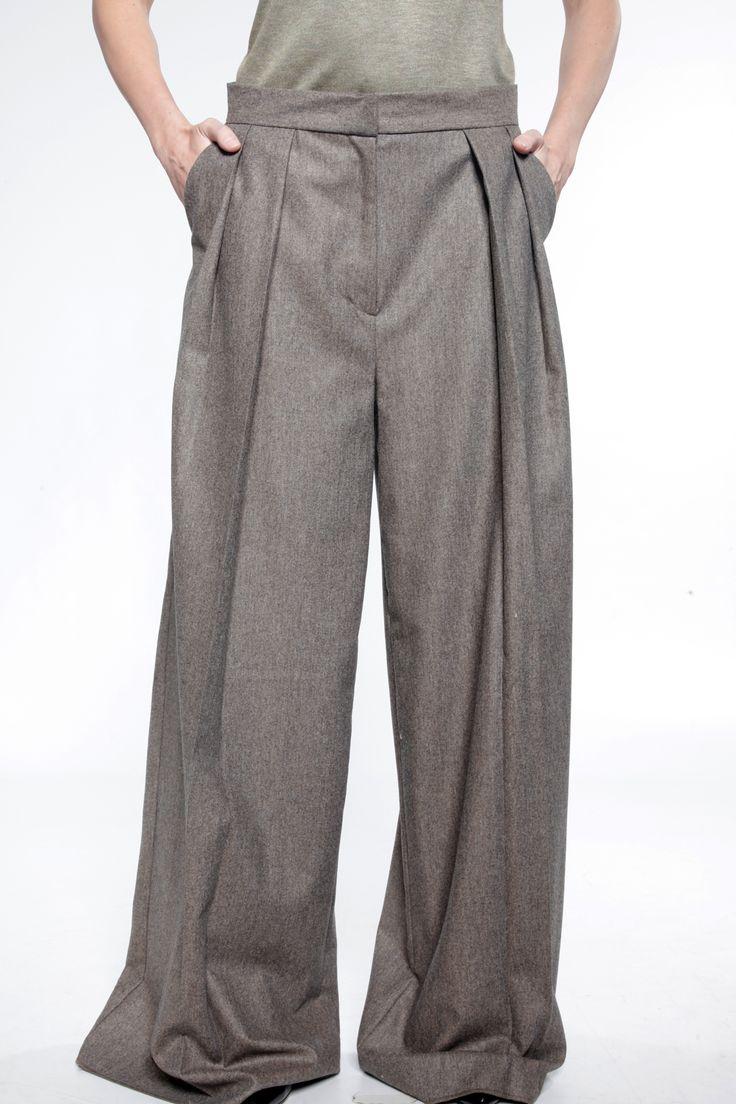 Pantalon de laine, ample, formé par des plis couchés, et se portant légèrement taille basse.