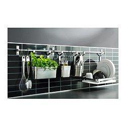 idée pour la cuisine, mur perpendiculaire fenêtre IKEA - GRUNDTAL, Égouttoir à vaisselle, Se suspend au rail GRUNDTAL pour libérer de la place sur le plan de travail.Plateau amovible en dessous : recueille l'eau de l'égouttoir.