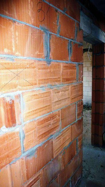 """ściany nośne i działowe murowane (ułatwiające montaż mebli) wykonane z wysokiej jakości materiału SILKA i POROTHERM, znanych jako najzdrowsze materiały budowlane i najlepiej """"oddychające"""" przegrody mieszkalne o doskonałej zdolności regulacji wilgotności i izolacyjności akustycznej."""