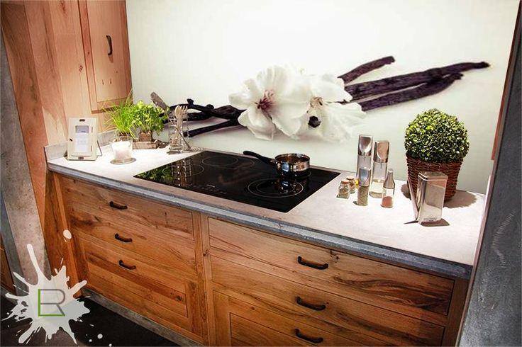Fototapety kuchenne to idealne rozwiązanie do wypełnienia przestrzeni między szafkami w kuchni. Poniżej przedstawiamy aranżację połączenia rustykalnej kuchni z fototapetą. Fototapeta do zamówienia na http://bit.ly/fototapeta-kuchenna-wanila