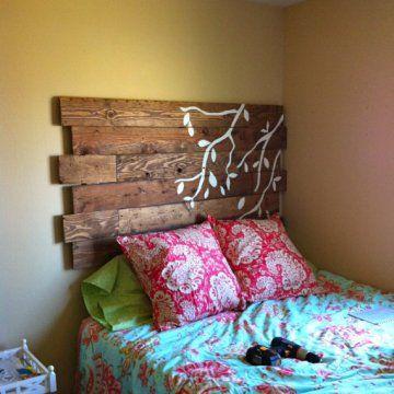 Palette de bois transformée en tête de lit motif oiseau par Little Bits of