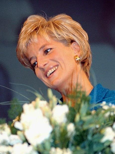Diana var kjent for sitt store sosiale engasjement. Her mottar hun en pris for sitt arbeid for barn med kreft og HIV (1996). Foto: VINCENZO RAGGI/AP - Verden - NRK Nyheter